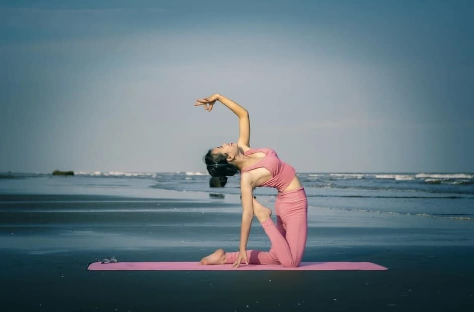 health benefits of yoga. girl doing yoga.seaside.exercise. pranayam. healthy. nature. habits. www.blisslife.in